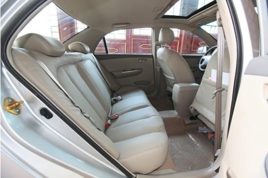 比亚迪G3长、宽和高分别为4600mm、1705mm和1490mm,轴距达到了2610mm,与比亚迪F3相差无几,只是车长和轴距分别增加了67mm和10mm,因此车内空间与比亚迪F3并无太大区别,不过与轩逸相类似的贝壳形状的座椅倒是为其内饰增添了不少温馨、舒适的气氛。坐在驾驶座上,周围的景象仍与我们熟知的其他车型有些类似,中控台和转向盘还是没能完全摆脱丰田的影子,不过平心而论,比亚迪G3内饰的品质相比F3提升不少。新设计的仪表盘非常炫目,蓝色背光造出高端科技氛围。这里的高科技绝非某种噱头,比亚迪G3装