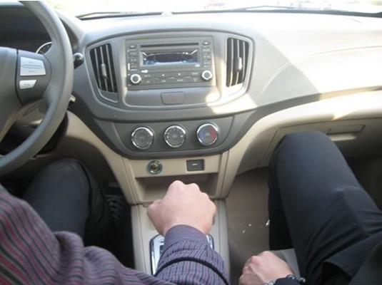 晶钻前大灯将转向灯,近光灯及远光灯有机融于一体,与整车的流畅线条