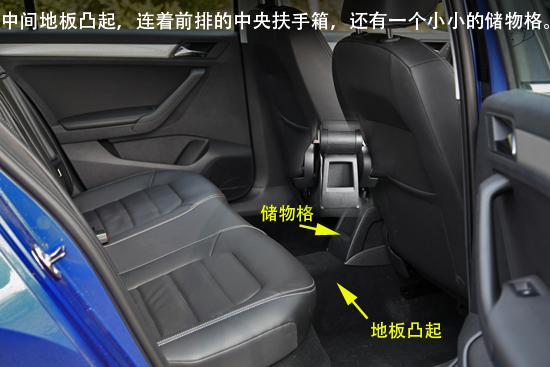 后排座椅配备了三个头枕,后排座椅扶手箱是没有储物格的.