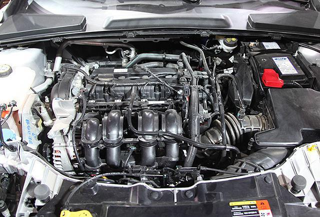 【在北京车展中亮相的长安福特全新福睿斯量产版】 动力方面,长安福特福睿斯将会搭载1.5L自然吸气发动机,并与5速手动和6速手自一体式变速器相匹配。其中该发动机提供最大110Ps(81kW)的动力输出,以及140Nm的最大扭矩。与此同时,福睿斯未来还有望引入全新的1.0T+6速双离合器的动力总成。